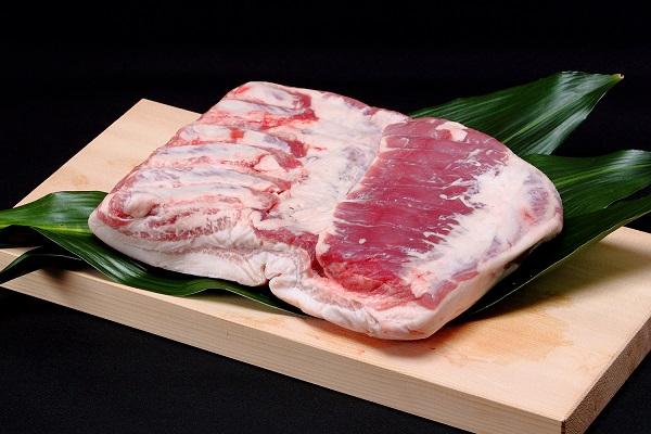 107 北海道産豚肉(皮付きバラ肉)【1.5kg前後】 13,000円