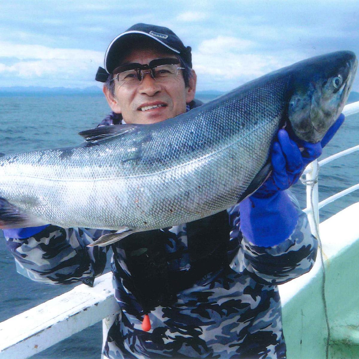 チャーター船での北海道、秋鮭!イカ!の船釣り体験【12名様】