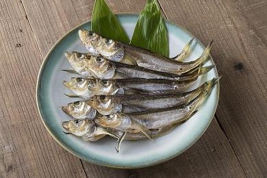 556 干物(頭からまるごと食べられる「はたはた」)(干しカレイ)