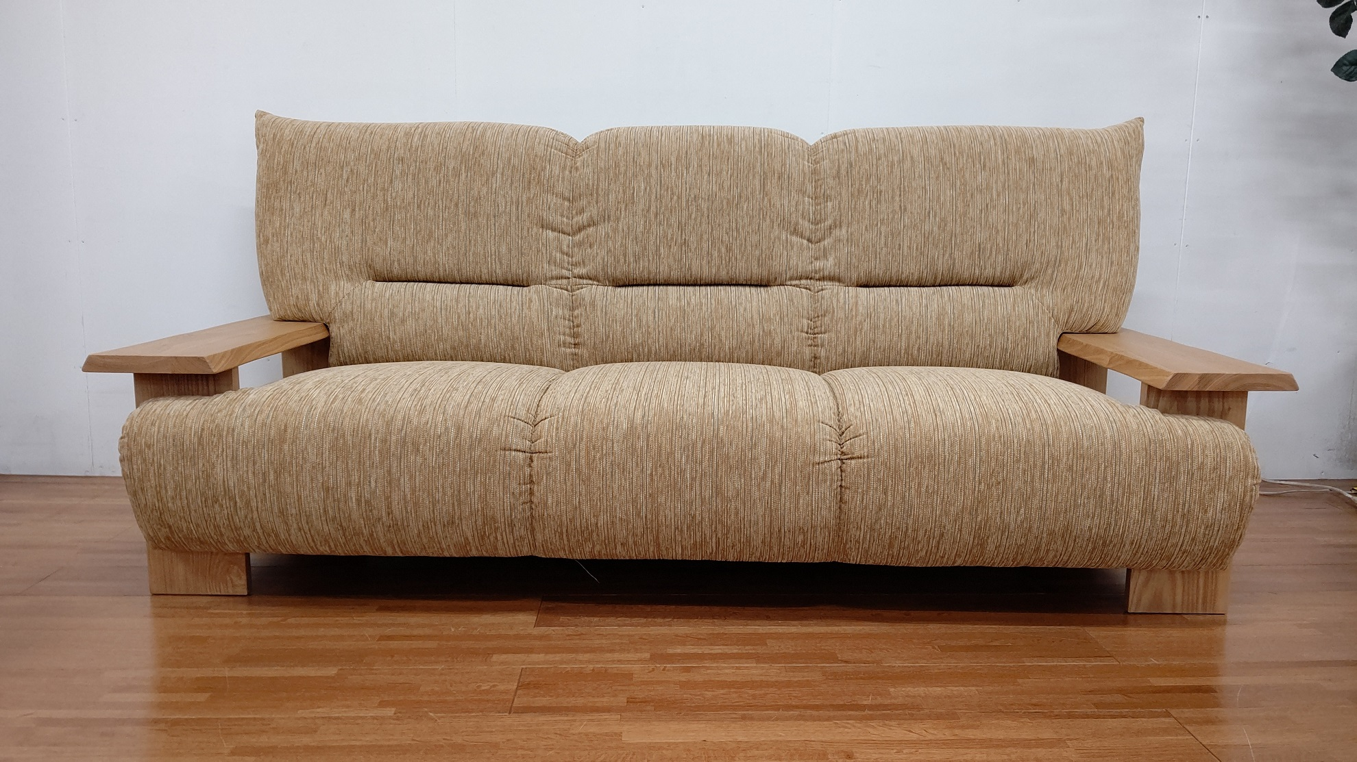 BE037_大きな肘掛けの3人掛けソファー