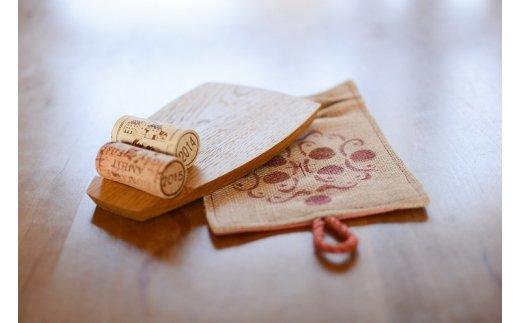 K15_0003 <ワインボトル・コースター2枚セット(木製、手染め綿麻素材 赤各1枚)>